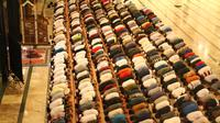 Pelaksanaan Salat Tarawih di Masjid Raya Almunawwar Ternate. (Liputan6.com/Hairil Hiar)