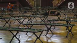 Para tunawisma beristirahat di GOR Ciracas, Jakarta, Selasa (28/4/2020). Untuk mencegah meluasnya virus Covid-19, Pemprov DKI Jakarta menyiapkan seluruh GOR di Jakarta untuk menampung tunawisma, salah satunya GOR Ciracas dengan kapasitas 100 tempat tidur. (Liputan6.com/Helmi Fithriansyah)