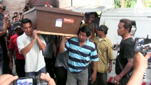 Jenazah pelawak Srimulat Margono alis Gogon tiba di Rumah Duka di solo jawa Tengah. Gogon meninggal usai manggung di acara Pilkada di Lampung