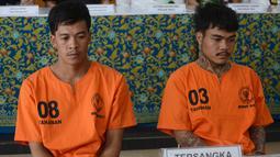 Dua warga Thailand tersangka penyelundup sabu-sabu, Prakob Seetasang (08) dan Adison Phonlamat (03) dalam konferensi pers di Kantor Bea Cukai Ngurah Rai, Denpasar, Senin (27/5/2019). Mereka ditangkap setelah mencoba menyelundupkan 100 butir kapsul sabu dengan cara ditelan. (SONNY TUMBELAKA/AFP)