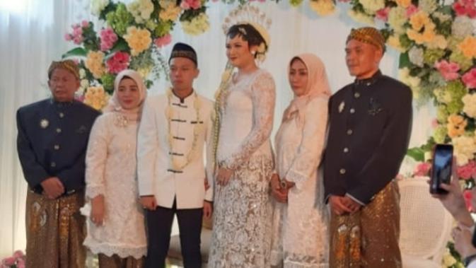 Pelatih Persiraja, Hendri Susilo lega setelah menikahkan putri tercinta Gabriela Septendri Susilo di Kota Batu Malang. (Bola.com/Gatot Susetyo)