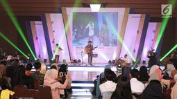 Musisi Budi Doremi saat bernyanyi pada gelaran EGTC 2018 Bandung di Graha Sanusi Hardjadinata, Universitas Padjajdaran, Bandung, Rabu (5/12). Sekitar 30 menit Budi Doremi tampil menghiburpeserta EGTC Bandung 2018. (Liputan6.com/Helmi Fithriansyah)