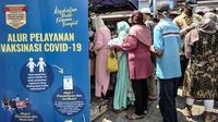 Warga lanjut usia (lansia) antre untuk menerima vaksinasi COVID-19 di SDN 02 Sukapura, Cilincing, Jakarta Utara, Senin (22/3/2021). Kegiatan ini sebagai upaya meningkatkan kekebalan tubuh kepada warga rentan dari virus COVID-19. (merdeka.com/Iqbal S. Nugroho)