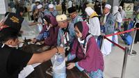 Jemaah haji Kloter 2 asal Banten antre mengambil air zam-zam di Asrama Haji Pondok Gede, Jakarta, Rabu (29/8). Panitia Penyelenggara Ibadah Haji (PPIH) membagikan air zam-zam sebanyak lima liter per jemaah secara cuma-cuma. (Merdeka.com/ Iqbal S. Nugroho)