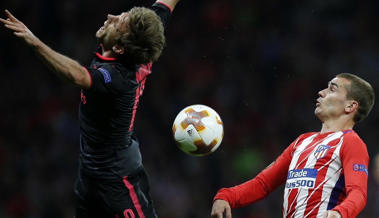Duel pemain Atletico, Antoine Griezmann  (kanan) dan pemain Arsenal, Nacho Monreal pada semifinal Liga Europa di Wanda Metropolitano stadium, Madrid, (3/5/2018). Atletico menang 1-0. (AP/Paul White)