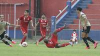 Pertandingan uji coba Persik melawan klub Liga 2, Dewa United di Stadion Brawijaya Kota Kediri, sebelum penerapan PPKM Darurat Covid-19. (Bola.com/Gatot Susetyo)