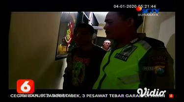 Seorang pemuda babak belur dihajar warga di Pasuruan, Jawa Timur setelah mengantar motor hasil curian. Pemuda mengantar motor curian pada pemiliknya dan meminta tebusan uang untuk diserahkan pada pencuri motor.