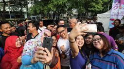 Gubernur Jawa Barat Ridwan Kamil berswafoto bersama warga saat Family Day Artha Graha Peduli (AGP) di Pasar Akhir Pekan SCBD, Jakarta, Minggu (25/11). Kehadiran pria yang akrab disapa Emil itu menjadi rebutan warga berswafoto. (Liputan6.com/Fery Pradolo)
