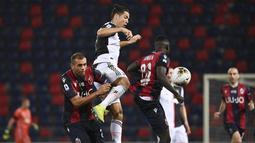 Striker Juventus, Cristiano Ronaldo, berebut bola dengan pemain Bologna, Danilo dan Musa Juwara pada laga Serie A di Stadion Renato Dall'Ara, Senin (22/6/2020). Juventus menang 2-0 atas Bologna. (AP/Massimo Paolone)