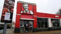 Pengumuman penutupan sementara terpampang di luar gerai makanan cepat saji KFC dekat Ashford, Inggris, Senin (19/2). Lebih dari 600 dari 900 gerai KFC yang ada di Inggris tutup sejak akhir pekan lalu karena kehabisan stok ayam. (Gareth Fuller/PA via AP)