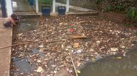 Satgas Banjir PUPR Kota Depok membersihkan sampah di dalam kali di Kota Depok. (Liputan6.com/Dicky Agung Prihanto).