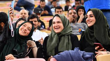 Suporter perempuan berselfie sebelum pertandingan antara Valencia dan Real Madrid pada semifinal Piala Super Spanyol di King Abdullah Sport City di kota pelabuhan Arab Saudi, Jeddah (8/1/2020). (AFP Photo/Guiseppe Cacace)