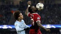 Striker Liverpool, Sadio Mane, duel udara dengan gelandang Manchester City, Leroy Sane, pada laga leg kedua perempat final Liga Champions di Stadion Etihad, Rabu (11/4/2018). Manchester City takluk 1-2 dari Liverpool. (AP/Tim Goode)