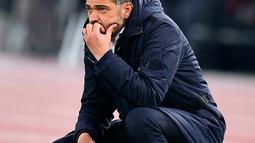 Ekspresi pelatih FC Porto Sergio Conceicao saat menyaksikan timnya bertanding melawan AS Roma pada babak 16 besar Liga Champions di Stadion Olimpico, Roma, Italia, Selasa (12/2). AS Roma menang 2-1. (Ettore Ferrari/ANSA via AP)