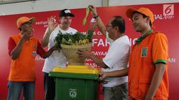 Presdir Direktur PT Prudential Indonesia Jens Reisch (kiri) saat memberikan bantuan di Asrama Dinas Lingkungan Hidup Jakarta, Jakarta, Sabtu (28/10). Prudential Indonesa berkomitmen memberikan kontribusi untuk pemberdayaan komunitas. (Liputan6.com)
