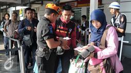 Penumpang kereta mengantri di pintu masuk Stasiun Senen, Jakarta, Jumat (9/9). Jelang libur panjang Hari Raya Idul Adha tiket Kereta reguler dan tambahan yang disiapkan PT Kereta Api Indonesia (KAI) telah habis terjual. (Liputan6.com/Yoppy Renato)