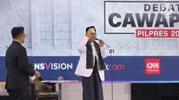 Cawapres nomor urut 01 K.H. Ma'ruf Amin menunjukkan KIP Kuliah, Kartu Sembako Murah dan Kartu Prakerja saat menyampaikan visi dalam debat cawapres 2019 di Hotel Sultan, Jakarta, Minggu (17/3). (Liputan6.com/Johan Tallo)