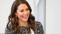 Kate Middleton tersenyum saat memasak dalam persiapan acara Commonwealth Big Lunch di Luke's Community Centre, London, Inggris (22/3). Dalam acara ini, para tetangga akan berkumpul di jalan untuk saling berbagi makanan. (Paul Edwards/ Pool via AP)