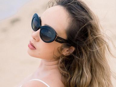 Selain lihai bermain peran, wanita kelahiran Madiun ini juga pandai dalam memadukan busana. Salah satunya dengan kacamata hitam. Selain melindungi dari sinar matahari, kacamata dengan lensa gelap ini membuat ia tampak makin memesona. (Lipuatan6.com/IG/@pammybowie)