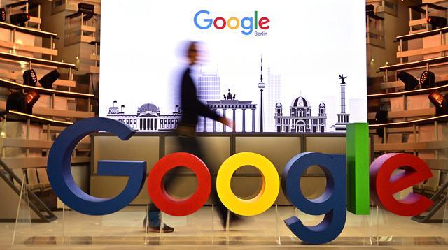 Seorang teknisi melewati logo mesin pencari internet, Google, pada hari pembukaan kantor baru di Berlin, Selasa (22/1). Google kembali membuka kantor cabang yang baru di ibu kota Jerman tersebut. (Photo by Tobias SCHWARZ / AFP)