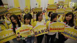 Sejumlah gadis menunjukkan poster saat penutupan Munaslub partai Golkar di Jakarta, Rabu (20/12). Munaslub hari ini sekaligus mengukuhkan Airlangga Hartarto sebagai Ketum Golkar menggantikan Setya Novanto. (Liputan6.com/Faizal Fanani)