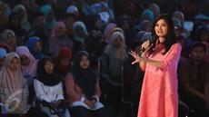 Presenter Liputan6 SCTV, Tina Talisa berbagi tips menjadi presenter atau news anchor yang menarik kepada para peserta hari kedua EMTEK Goes To Campus (EGTC) 2017 yang digelar di Universitas Negeri Semarang, Kamis, (6/4). (Liputan6.com/Yoppy Renato)