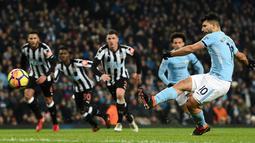 Pemain Manchester City, Sergio Aguero mencetak gol ke gawang Newcastle United melalui tendangan penalti pada pertandingan pekan ke-24 Premier League di Etihad Stadium, Minggu (21/1). Hat-trick Aguero memastikan Manchester City menang 3-1. (AP/Rui Vieira)