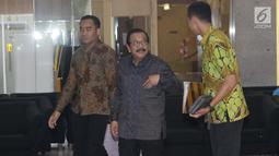 Mantan Gubernur Jatim, Soekarwo (tengah) berjalan keluar gedung KPK, Jakarta, Rabu (28/8/2019). Soekarwo diperiksa sebagai saksi dugaan korupsi pembahasan, dan pengesahan APBD/APBD P Kab Tulungagung 2015-2018 dengan tersangka Ketua DPRD Tulungagung, Supriyono. (Liputan6.com/Helmi Fithriansyah)