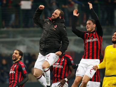 Striker AC Milan, Gonzalo Higuain berselebrasi bersama rekan-rekannya usai pertandingan melawan SPAL pada lanjutan Liga Serie A Italia di stadion San Siro (29/12). Milan menang tipis atas SPAL 2-1. (AP Photo/Antonio Calanni)