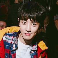 Sudah tak diragukan lagi kemampuan rap dari Chanyeol EXO. Tak hanya jago nge-rap, ia juga punya wajah yang tampan memesona. (Foto: Soompi.com)
