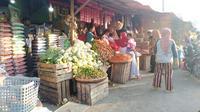 Sejumlah warga yang melakukan kegiatan jual beli di pasar