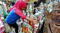 Penjual merapikan parsel yang telah selesai di hias untuk dijual dikawasan Cikini, Jakarta, Sabtu (17/6). Penjual mengaku, biasanya pemesanan parcel akan mulai membludak pada H-6 atau H-5 Lebaran. (Liputan6.com/Faizal Fanani)