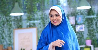 Pertengahan tahun lalu, Nycta Gina memutuskan untuk mengenakan hijab. Harapannya, ia bisa mengenakan busana wajib kaum muslimah menutup auratnya itu bisa istiqomah. (Adrian Putra/Bintang.com)