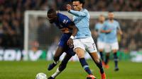 Duel Rudiger dan Leroy Sane pada laga final Carabao Cup 2019 yang berlangsung di stadon Wembley, London, Senin (25/2). Man City menang 4-3 atas Chelsea lewat drama adu penalti. (AFP/Glyn Kirk)