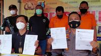 Polres Tarakan, Kalimantan Utara menunjukkan dokumen perjalanan palsu yang dibuat oleh tiga tersangka, salah satunya petugas bandara Juwata Tarakan. (foto: Siti Hardiani)