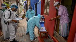 Seorang penduduk (kanan) mendaftarkan dirinya untuk menerima dosis virus corona COVID-19 saat vaksinasi keliling oleh pejabat kesehatan tentara di Kolombo Sri Lanka, Kamis (12/8/2021). (Ishara S. KODIKARA/AFP)