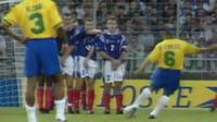 Roberto Carlos saat melakukan tendangan bebas melengkung ke gawang Prancis