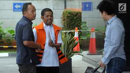 Mantan Sekjen Golkar, Idrus Marham (rompi oranye) tiba di Gedung KPK, Jakarta, Jumat (28/12). Berkas perkara Idrus Marham terkait kasus suap pembangunan PLTU Riau-1 telah lengkap atau P21 dan siap untuk disidangkan. (Merdeka.com/Dwi Narwoko)