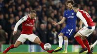 Pemain Chelsea, Cesc Fabregas (tengah) mencoba melewati adangan dua pemain Arsenal pada laga leg pertama semifinal Piala Liga Inggris di Stamford Bridge, London, (10/01/2018). Chelsea bermain imbang 0-0 lawan Arsenal. (AFP/Adrian Dennis)
