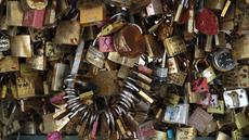 Gembok cinta yang sebelumnya terpasang di Jembatan Pont des Art saat dilelang oleh Ville de Paris, Prancis, Rabu (3/5). Ratusan gembok cinta itu akhirnya dilelang dan hasil dari penjualan akan disumbangkan ke pengungsi di Paris. (Jacques DEMARTHON/AFP)