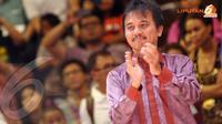 Menpora, Roy Suryo bertepuk tangan melihat Kejuaraan Dunia Sumo yang digelar di Jakarta (Liputan6.com/ Helmi Fithriansyah)