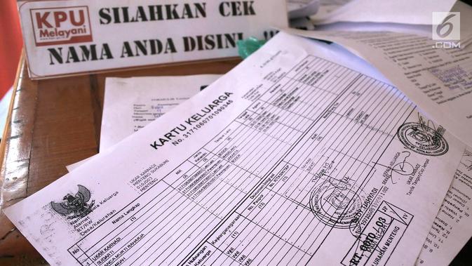 Berkas pengecekan Daftar Pemilih Tetap (DPT) di Kelurahan Menteng, Jakarta, Rabu (17/10). Enam bulan sebelum Pemilu 2019, KPU DKI Jakarta menyelenggarakan Gerakan Pengecekan DPT Serentak. (Merdeka.com/Imam Buhori)