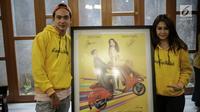 Adipati Dolken dan Vanesha Prescilla menunjukkan foto keduanya saat jumpa pers film Teman Tapi Menikah di Jakarta, Selasa (6/3). Dalam film ini, Adipati dan Vanesha saling cemburu saat keduanya memiliki pacar. (Liputan6.com/Faizal Fanani)