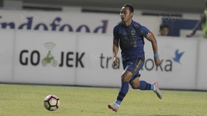 Gelandang Persib Bandung, Atep, saat pertandingan melawan PSM Makassar pada laga lanjutan Liga 1 di Stadion GBLA, Bandung, Rabu, (5/7/2017). (Bola.com/M Iqbal Ichsan)