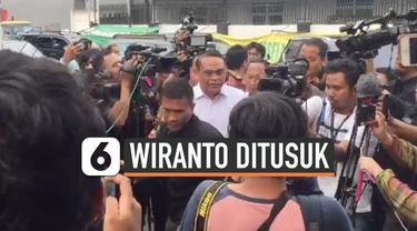 Pejabat negara mulai menjenguk Menkopolhukam Wiranto yang sedang dirawat di RSPAD Gatot Subroto setelah ditusuk di Pandeglang. Salah satunya Menpan RB Syafrudin yang tiba di RSPAD Kamis (10/10) sore.