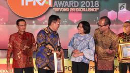 Direktur Bisnis Bank DKI, Antonius W. Mulyono (kedua dari kiri) berbincang usai menerima penghargaan Indonesia Corporate PR Award 2018 kategori Top 8 Popular Company in Banking Sector dari Fadel Muhammad di Jakarta, (24/08). (Liputan6.com/HO/Budi)