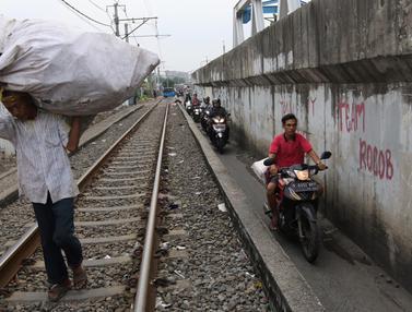 Aksi Nekat Pengendara Motor Lintasi Samping Rel Kereta BKB