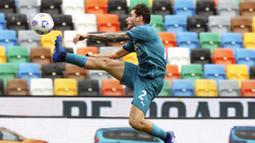 Pemain AC Milan, Davide Calabria, mengontrol bola saat melawan Udinese pada laga Liga Italia di Stadion Friuli, Minggu (1/11/2020). AC Milan menang dengan skor 2-1. (Andrea Bressanutti/LaPresse via AP)