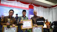 (Kanan) Gubernur Jawa Tengah, Ganjar Pranowo menerima penghargaan Pemerintah Daerah Provinsi dengan predikat terbaik capaian aksi koordinasi dan supervisi pencegahan korupsi secara nasional tahun 2019.