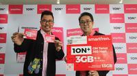 Deputy CEO Smartfren Djoko Tata Ibrahim dan Chief Brand Officer Smartfren Roberto Saputra meluncurkan kartu perdana 1ON+ dan kartu vocher data Rp 7500. (Foto: Smartfren).